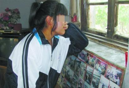 小丽看着窗外,心里想着课堂。记者 胡清 摄