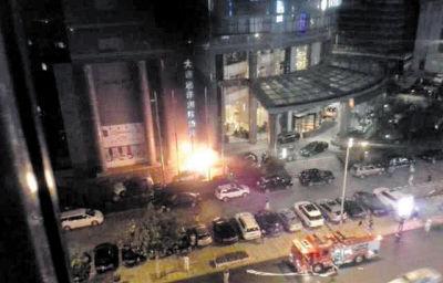 红色跑车突然自燃,殃及停在旁边的三辆车。