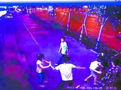 7月5日凌晨2时许,4小伙组团伙当街抢劫小情侣,不说话直接对其拳打脚踢。 视频截图
