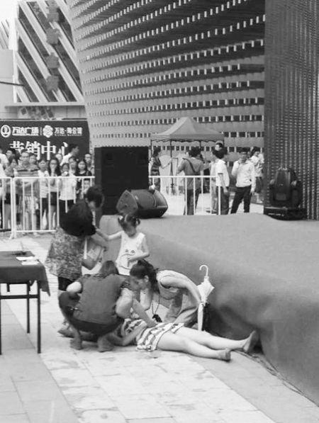 女孩玩游戏不慎摔下舞台。照片由读者李先生提供