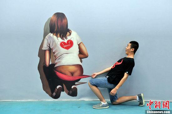 图为山西太原青年人与3D立体画拍个性合影。韦亮 摄