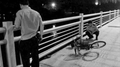 昨晚9时,市民发现一辆被弃的自行车,桥上的一些痕迹让人们联想到是否有人跳桥,有市民一直等到警察到来。 读者供图