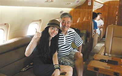 赵本山与张柏芝在机舱内部合影。