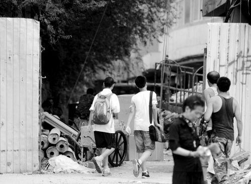 记者暗访发现,沈阳新华实验学校一处校外补课班还位于建筑工地内,安全令人担忧