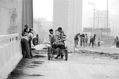 工人们正在施工。本报见习记者 李英博摄
