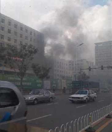 网友爆料四院新建大楼起火了。(图片来源于网络)