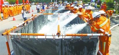 在沈阳万柳塘公园内进行的防汛应急演练中,防汛储水槽的功能得到了检验。该储水槽长10米,由镀锌钢管做支架,可灵活拆卸,无限组装。 北国网、辽沈晚报首席记者 查金辉 摄