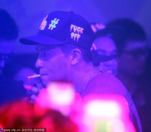 """26日凌晨,陈冠希现身上海某酒吧,与被传介入萧亚轩柯震东恋情的""""小三""""程颖婕聊天手舞足蹈。陈冠希现场更是抽烟、喝酒、看比基尼女郎表演风流十足。"""