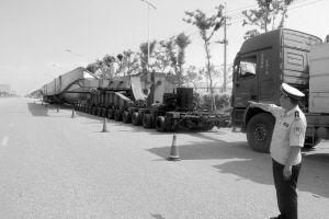 身长70余米,前后两个车头,200多个车轮,这样的货车连警察也是第一次看见