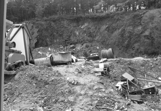 救援人员正在使用挖掘