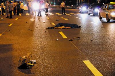 骑摩托车男子被撞飞后,重重地摔在地上,当场身亡。