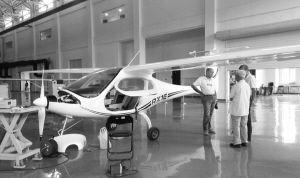 我国首款电动双座轻型运动飞机锐翔