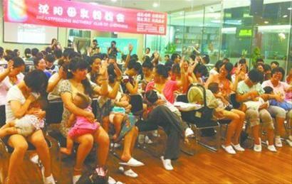 昨日,在沈阳某商场,26位沈阳妈妈集体喂奶一分钟,宣传母乳喂养,并呼吁公共场所特别是在办公场所设立母婴室。 北国网、辽沈晚报记者 朱柏玲 摄