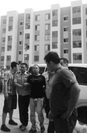 昨日下午5时30分许,赵强戴着手铐来到抚顺市望花区春光印象小区指认现场,当时围观群众近百人。 家属供图