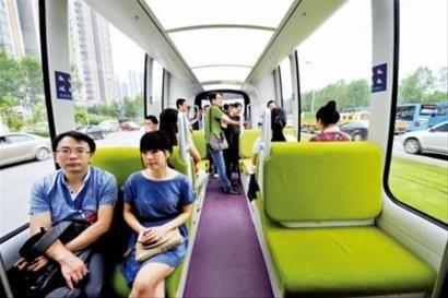 昨日,乘客在浑南新区试乘有轨电车。