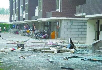 爆炸现场遍地是玻璃碎片,很多居民家窗户被震碎。 本报特别报道组 摄