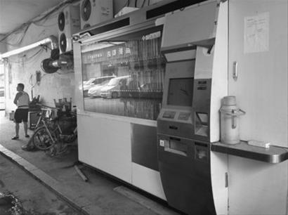 昨日上午,和平区西塔街的ATM图书机正处于调试阶段,附近摊主把杂物堆放在机器周围。 北国网、辽沈晚报记者 陈昊 摄
