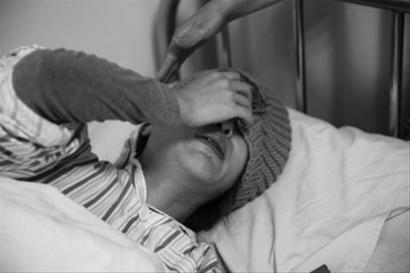 本报鞍山版记者 佟利德刘佳琦今年35岁,遭遇小区电梯坠梯后流产,在医院里她忍不住哭了。 记者 张锐 摄