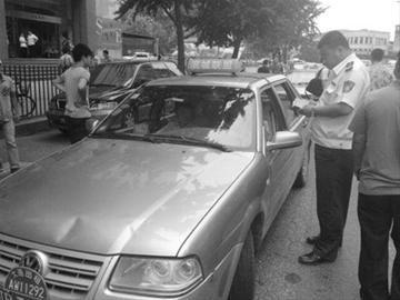 出租车正在接受处罚。摄影齐芳芳