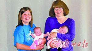 科塞克(右)为不能生育的女儿代孕,生下一对孙女。