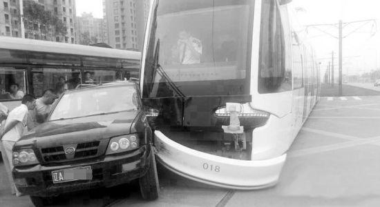 沈阳有轨电车与一辆吉普车相撞