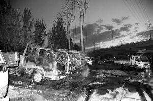 四辆货车被烧得只剩架子