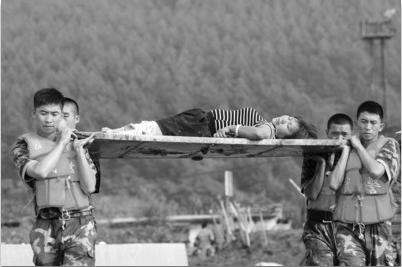 昨日下午,在清原南口前镇,武警官兵转运一名腿部受伤的群众。 本组照片由北国网、辽沈晚报首席记者 查金辉 摄