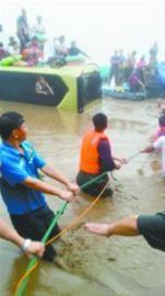 8月17日早5时左右,在抚顺市章党镇二伙洛村附近的洪水中,五六名救援人员正在救援被困在车顶上的来自吉林的游客。 市民李先生供图