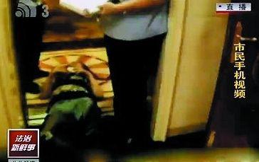女子躺在电梯口不起来。