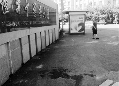 辽宁中医药大学校门外的这摊血迹,在无声地记录下这场本可避免的悲剧。