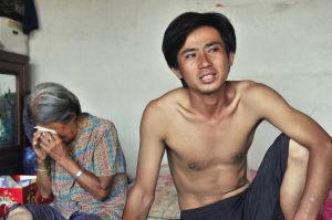 李海鹰从沈阳回到老家寻找失踪的父母,4天3夜没怎么睡觉,一旁的奶奶心疼地落下了眼泪。