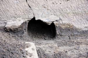 约有碗口大小的排水口,之前因地表不断加高而被隐藏在地面之下