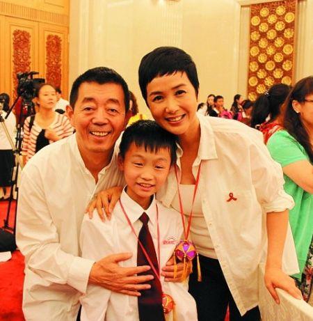 蒋雯丽顾长卫夫妇与帮助过的小男孩共同亮相