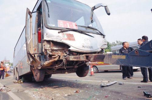 沈河区东陵路发生一起多车连撞车祸。因一辆大货车刹车失灵,像保龄球一样冲进等红灯的数十辆车群当中,至少12辆车发生连撞。