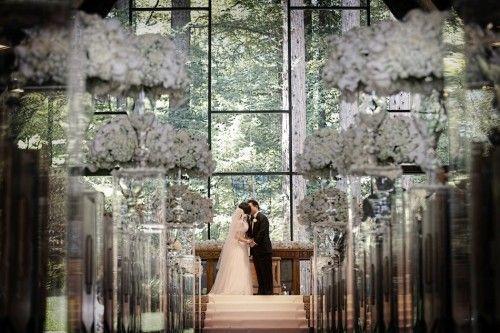 """美国时间8月20日下午,刘晓庆与先生在旧金山举行了婚礼。俩人深情携手在牧师面前许下誓言,""""互敬互爱,携手同行"""",步入了婚姻殿堂。"""