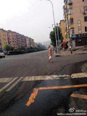 赤裸男子引起了附近市民的关注。