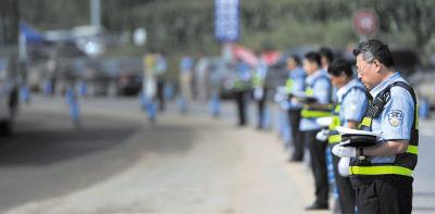 哀悼仪式上的民警。新华社发