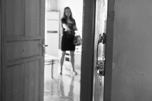 锁芯更换后又被人换掉,家里东西莫名变动,独居的女房东目前已报警。