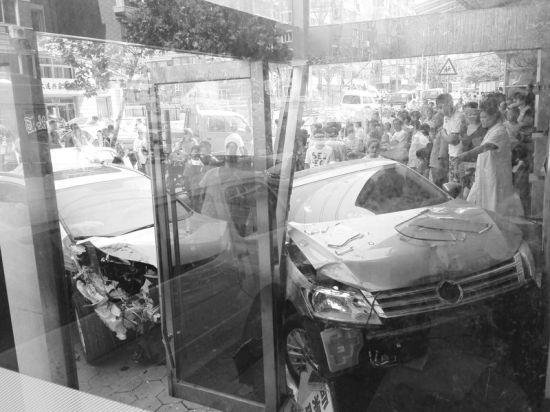 事故殃及路边一家商铺 摄影记者