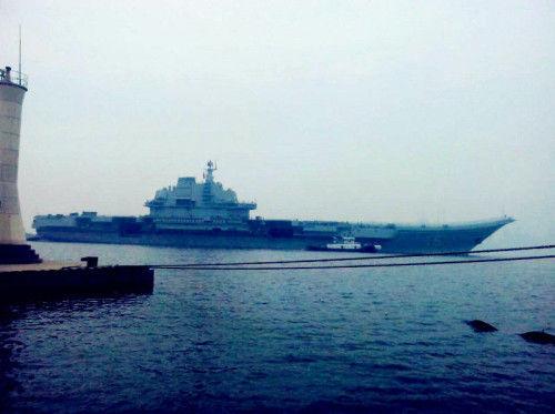8月23日,辽宁号航母结束今年第三次出海训练返回大连港码头。