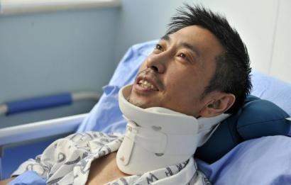 8月25日,交警周宝来躺在病床上。