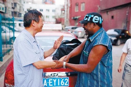 连续排查67辆车终于帮他找到丢失的包,他拉着的哥的手连声感谢