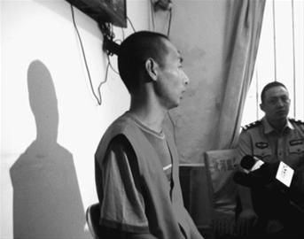 昨日上午,26岁的犯罪嫌疑人王某在沈河看守所讲述抢劫勒索过程。记者 杨帆 摄