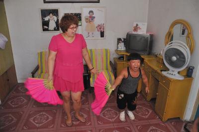 夫唱妇随,两人在家赋闲的时候,就唱几句。
