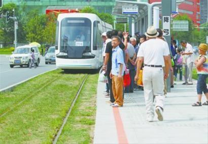 昨日,沈阳浑南轻轨站,站台拥挤,没有排队,还有乘客越过黄线,十分危险。记者 纪力元 摄