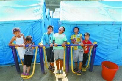 昨日下午,在抚顺清原满族自治县南口前镇,灾区安置点的孩子们已从水灾的阴影中走出,即将开学的他们被分配到周边学校,对于天气预报中即将到来了大雨他们也做好了预防准备。记者 姜旭 摄
