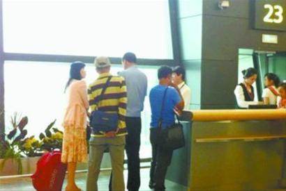 上错飞机的杨女士(左一)事后接受警方的询问,其他乘客重新登机。