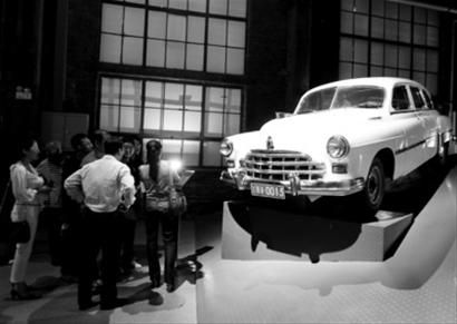 """中国工业博物馆汽车馆中,展示了一台宋庆龄曾经的座驾""""吉姆轿车"""",吸引众多参观者。"""
