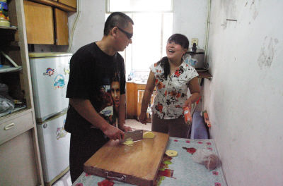 """俺家张大夫切菜的刀工可是一绝,动作""""稳准狠"""",切土豆丝又快又细。"""