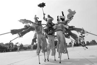 苦练近三个月的海城人将带着拥有300多年历史的国家级非物质文化遗产海城高跷秧歌和质朴的情怀亮相十二运开幕式。